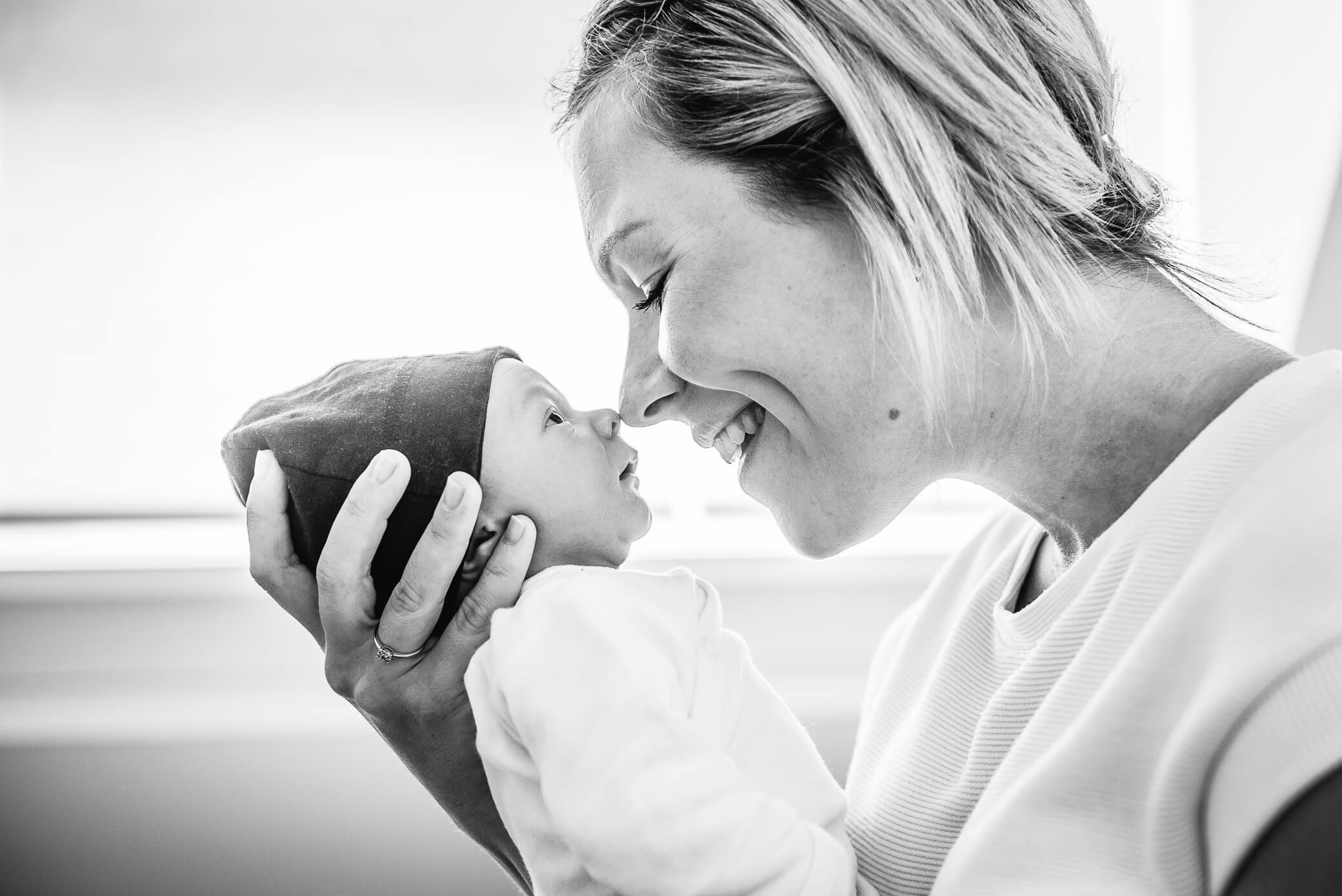 Neusje neusje van mama met baby in zwart wit