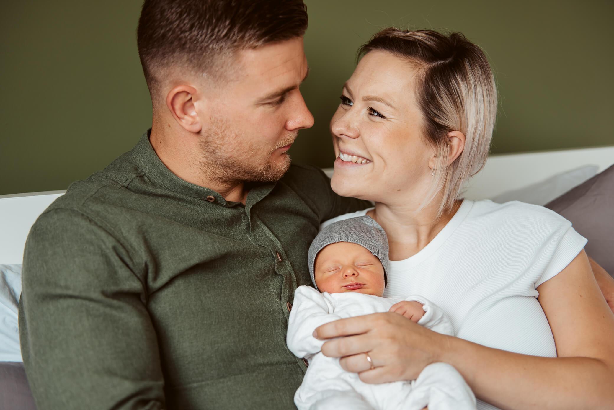 Liefdevolle blik ouders tijdens newbornshoot