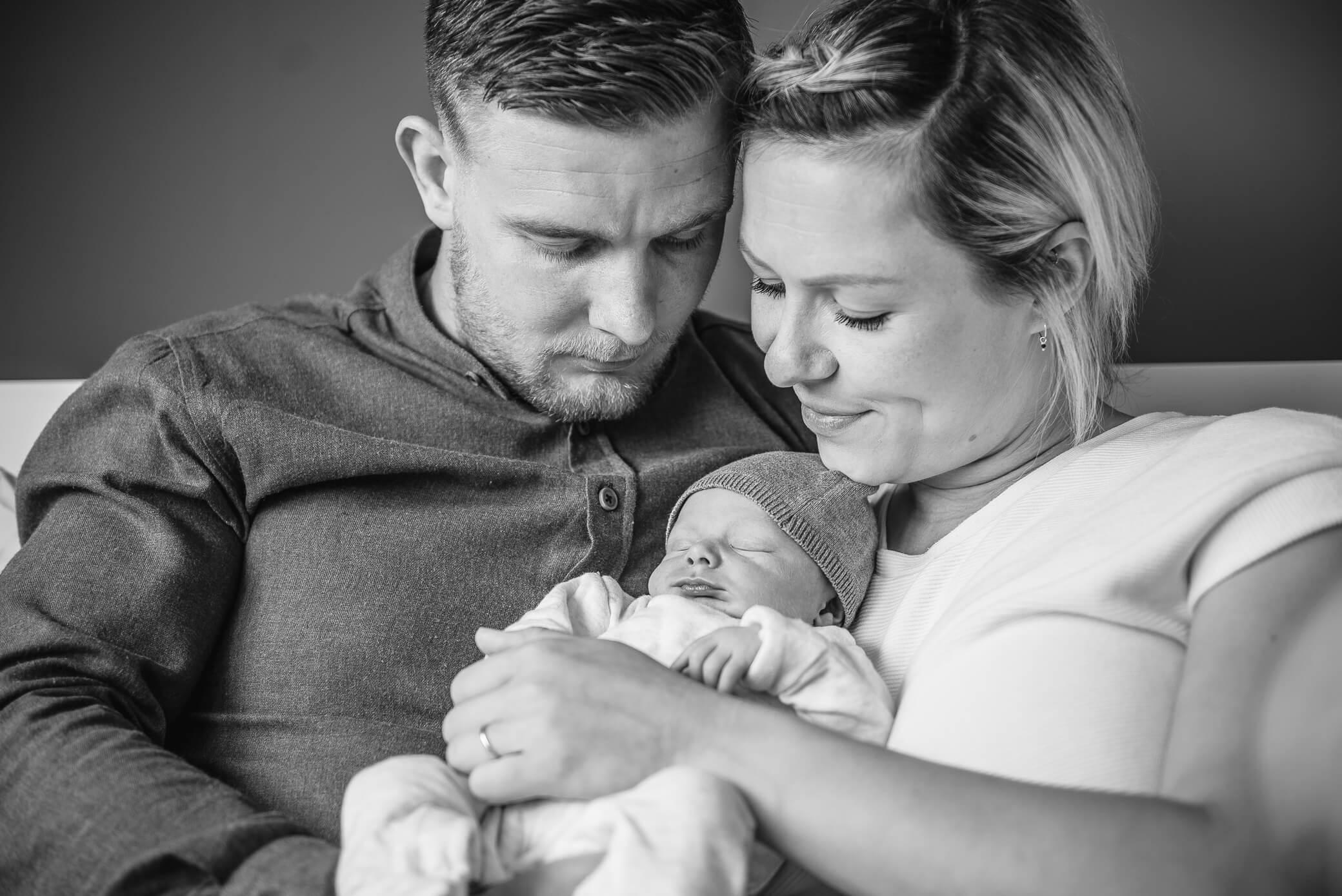 Familieportret tijdens newbornshoot in zwart wit
