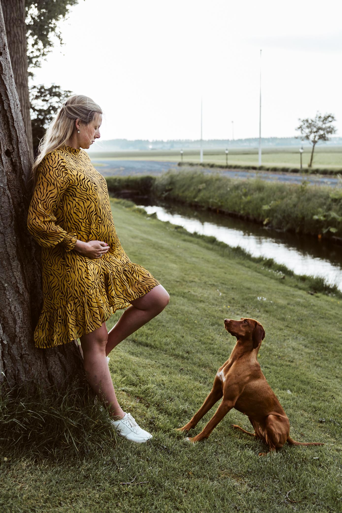 Zwangere mama samen met haar trouwe viervoeter in de Noord-Hollandse polder