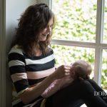 2017 Dorothee Fotografie Alkmaar Lifestyle Heiloo Mama baby Knuffelen Raam Lachen
